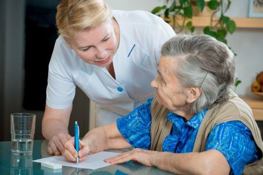 Terapeuta Ocupacional atendiendo a paciente geriátrico