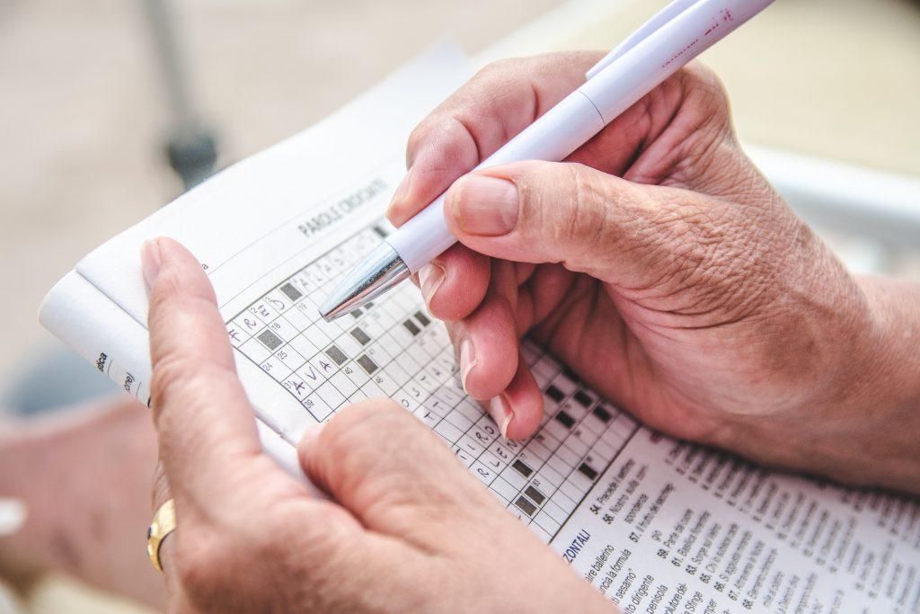 Persona mayor realizando una ficha cognitiva