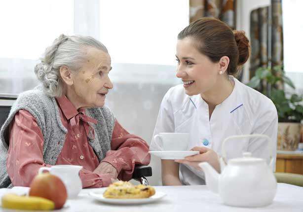 Terapeuta Ocupacional trabajando alimentación en geriatría